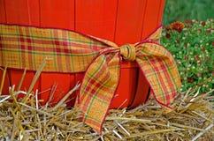 秋天在篮子的格子花呢披肩丝带 免版税库存图片
