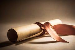 与丝带-葡萄酒的文凭纸卷 免版税库存图片