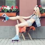 妇女四轮溜冰者 免版税库存照片