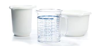 烘烤设备:两个碗和测量的水罐 库存照片