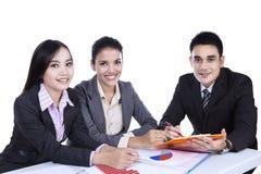 小小组商人在会议 免版税库存图片