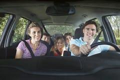在汽车的愉快的家庭 免版税图库摄影