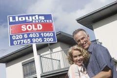愉快的夫妇画象新的家外 免版税库存图片
