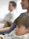 在家看电视的男孩和家庭 免版税库存照片
