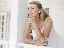 Заботливой счастливой женщина постаретая серединой смотря прочь Стоковое Изображение RF