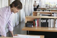 学习图纸的人在办公室 库存照片