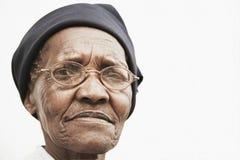 年长妇女佩带的玻璃 免版税库存照片