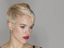 Γυναίκα με τα κόκκινα χείλια που κοιτάζει κάτω Στοκ εικόνες με δικαίωμα ελεύθερης χρήσης