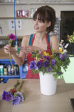 安排花的卖花人在商店 库存图片
