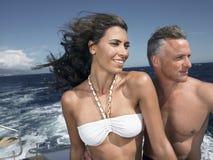 在游艇的愉快的夫妇 库存图片