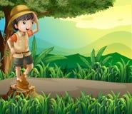 在树桩上的观光一个的孩子 免版税库存图片