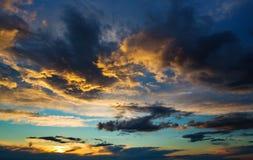 在日落的雷暴云彩 免版税库存照片