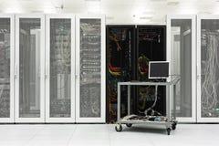 Καθαρό βιομηχανικό εσωτερικό ενός δωματίου κεντρικών υπολογιστών Στοκ φωτογραφία με δικαίωμα ελεύθερης χρήσης