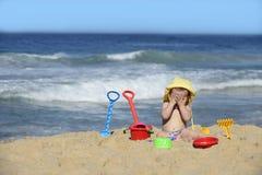 Смешной младенец на пляже Стоковое Изображение RF