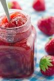 瓶子草莓酱 免版税库存图片