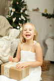 笑的女孩和圣诞节礼物 图库摄影
