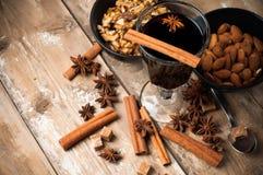 Καυτά θερμαμένα κρασί, καρυκεύματα και καρύδια Στοκ φωτογραφία με δικαίωμα ελεύθερης χρήσης
