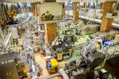 操作员工作在巧克力工厂 库存照片
