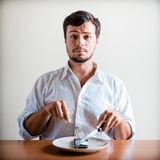 Νέο μοντέρνο άτομο με το άσπρο πουκάμισο και τηλέφωνο στο πιάτο Στοκ Φωτογραφία