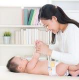 使用与婴孩的母亲 免版税库存图片