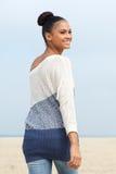 看在她肩膀和微笑的有吸引力的女性时装模特儿 免版税库存图片