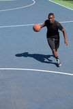 滴下的蓝球运动员 免版税图库摄影