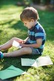 Επιστολή ανάγνωσης μικρών παιδιών από το φίλο Στοκ Εικόνες