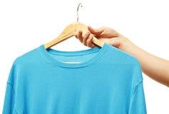 Люди держа вешалку с свитером Стоковые Фотографии RF