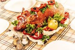 烘烤在宴会桌上的乳猪 库存照片