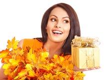有秋叶花圈的女孩在头的。 免版税库存图片