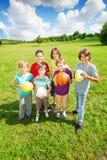 拿着球的小组六个男孩 免版税库存图片