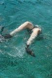 妇女摄影师潜水到红海里水  免版税库存图片