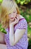 一个美丽的女孩的画象在公园在秋天 图库摄影