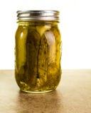 在金属螺盖玻璃瓶的自创腌汁 免版税库存照片