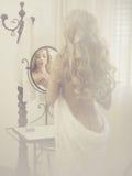 镜子的诱人的妇女 免版税库存图片