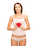 美丽的妇女在棉花内衣和红色心脏 免版税图库摄影