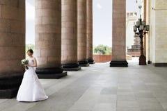 新娘和专栏 免版税库存照片