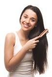 梳她的头发的美丽的女孩 免版税库存图片