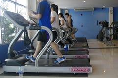 跑在健身房的人们 免版税库存照片
