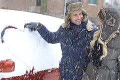 Любящие пары в снежностях Стоковое фото RF
