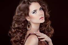 波浪发。美丽的性感的深色的妇女。健康长的布朗头发 库存照片