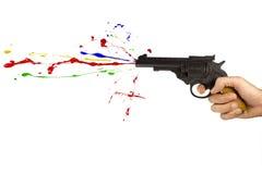 Πυροβόλο όπλο παιχνιδιών που πυροβολεί το πολύχρωμο χρώμα Στοκ φωτογραφία με δικαίωμα ελεύθερης χρήσης