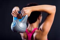 做重量训练的健身妇女 免版税图库摄影