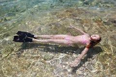 Κορίτσι που βρίσκεται στη θάλασσα Στοκ εικόνες με δικαίωμα ελεύθερης χρήσης