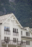 白色木房子在挪威 免版税库存照片
