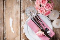 与桃红色玫瑰的葡萄酒欢乐桌设置 免版税库存图片
