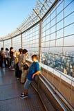 Άνθρωποι που απολαμβάνουν τη θέα πέρα από τη Μπανγκόκ Στοκ εικόνα με δικαίωμα ελεύθερης χρήσης