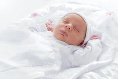 可爱新出生婴孩睡觉 免版税库存照片