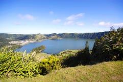 一个休眠火山的火山口的湖 免版税库存图片