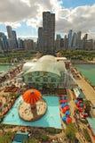 海军码头和芝加哥,伊利诺伊地平线鸟瞰图  免版税图库摄影